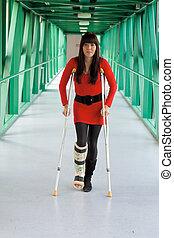 mujer, con, pierna en yeso, y, muletas, en, hospital