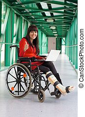 mujer, con, pierna rota