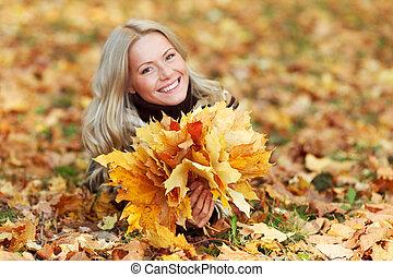 mujer, con, ramo, otoño sale