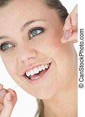 mujer, con, seda dental