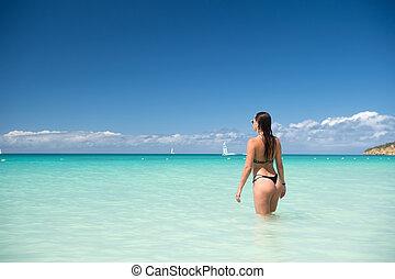 mujer, con, sexi, asno, posición, en, transparente, mar