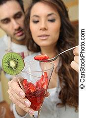 mujer, con, tazón fresas