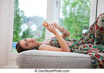 mujer, con, teléfono celular