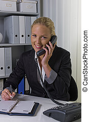 mujer con teléfono, en, la oficina