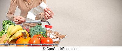 mujer, con, tienda de comestibles, recibo, y, compras, cart.