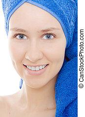 mujer, con, toalla sobre cabeza, azul, aislado, sonrisa