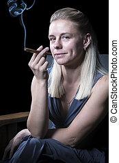 mujer, con, un, cigarro que fuma