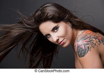 mujer, con, un, tatuaje