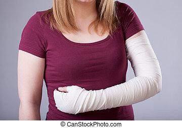 mujer, con, vendado, brazo