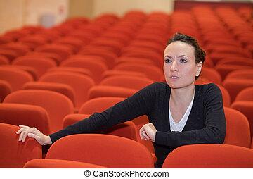 mujer, concierto, sentado, uno, silla, vestíbulo
