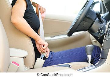 mujer, conductor, hebilla, arriba, cinturón de seguridad