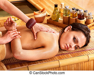 mujer, conseguir masaje, en, bambú, spa.