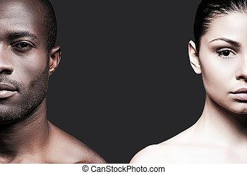 mujer, contra, cámara, fondo negro, white., caucásico, mitad, africano, gris, posición, hombre, caras, shirtless, mirar, mientras