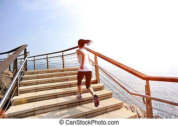 mujer, corra, en, playa, escaleras