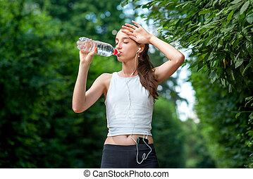 mujer, corra, toma, atleta, agua, break., bebida, afuera