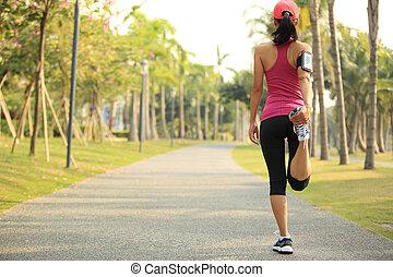 mujer, corredor, calentar, al aire libre