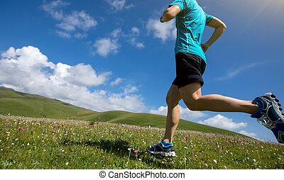 mujer, corredor, corriente, en, montaña, pradera
