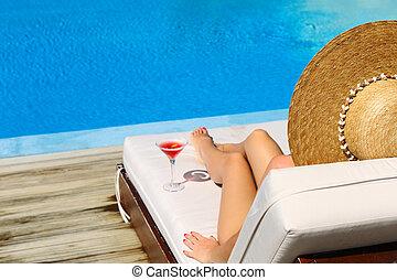 mujer, cosmopolita, cóctel, poolside