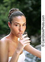 mujer, cristal que bebe de agua, por, corriente