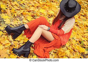 mujer, cuero, joven, otoño, parque, posar, bastante, sombrero