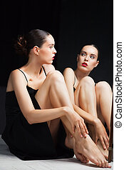 mujer, cuidados, ella, piernas, cerca, espejo, encima, negro