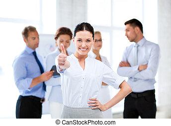 mujer de negocios, actuación, arriba, oficina, pulgares