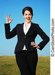mujer de negocios, aire libre, elaboración, \\\'okay\\\', gesto