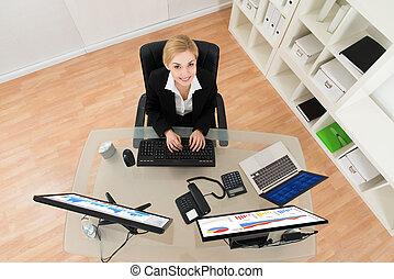 mujer de negocios, analizar, gráfico, en, computadora