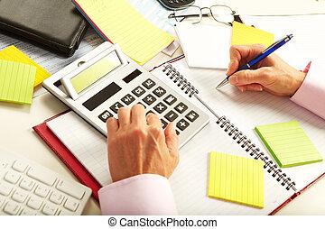 mujer de negocios, calculadora, trabajando