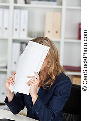mujer de negocios, cara, documentos, escritorio, cubierta