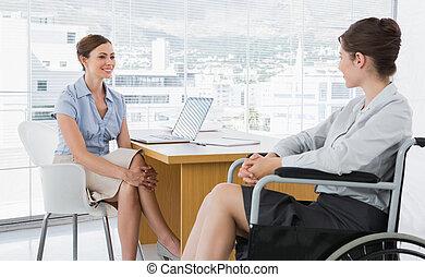 mujer de negocios, charlar, con, incapacitado, colega