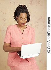 mujer de negocios, cheques, e-mail