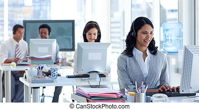 mujer de negocios, colegas, centro de la llamada, ella