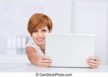 mujer de negocios, computador portatil, joven, escritorio