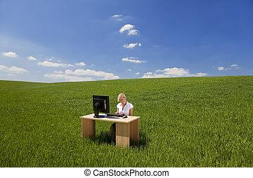 mujer de negocios, computadora, verde, utilizar, campo
