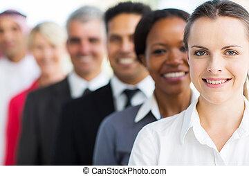 mujer de negocios, con, colegas, posición, consecutivo