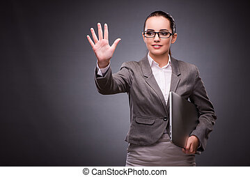 mujer de negocios, con, computador portatil, en, concepto de la corporación mercantil