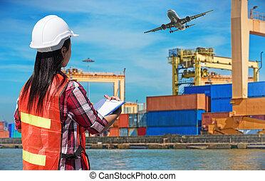 mujer de negocios, con, equipo de seguridad, trabajar, almacén, para, logístico, importación, exportación, concepto, en, almacén, plano de fondo