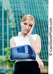 mujer de negocios, con, herido, brazo