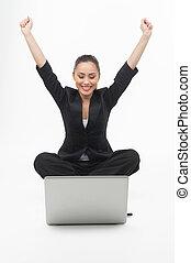 mujer de negocios, con, laptop., alegre, joven, mujer de negocios, el mirar, el, monitor de la computadora, y, tenencia, ella, armamentos levantaron, mientras, aislado, blanco