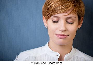 mujer de negocios, con, ojos cerrados