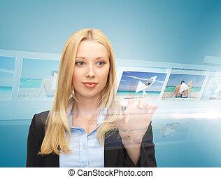 mujer de negocios, con, virtual, pantalla