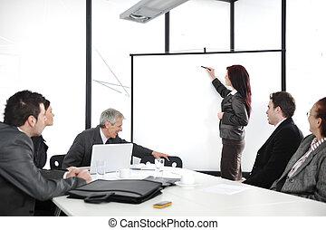 mujer de negocios, dibujo, un, gráfico, en, whiteboard,...