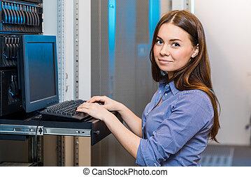 mujer de negocios, dirección, consola, joven, ingeniero
