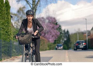 mujer de negocios, el conmutar, en, un, ciclo, yendo, a,...