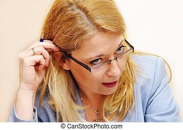mujer de negocios, en, anteojos, gesto