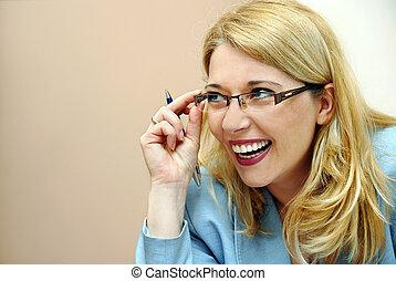mujer de negocios, en, anteojos, reír