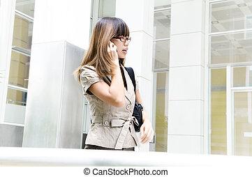 mujer de negocios, en el movimiento