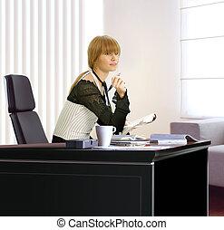 mujer de negocios, en, ella, oficina