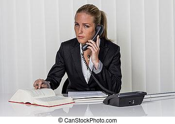 mujer de negocios, en, la oficina